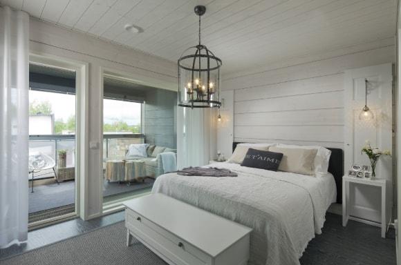 Спальня в скандинавском стиле в деревянном доме