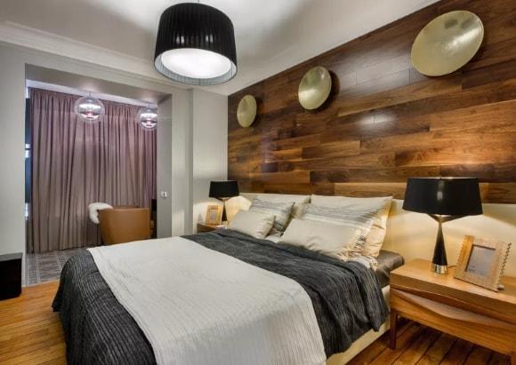 Стена в спальне обшитая ламинатом