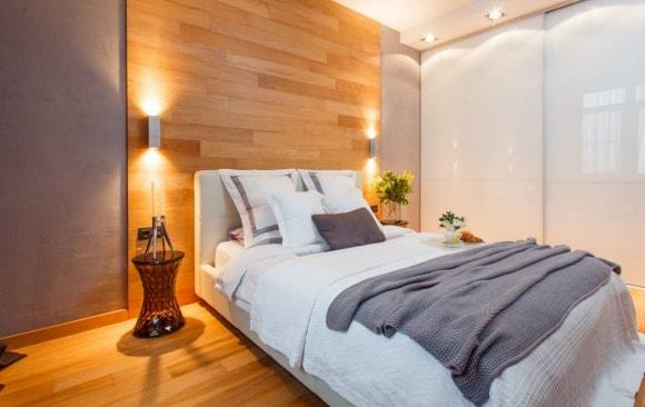 Стена в спальне, отделанная ламинатом