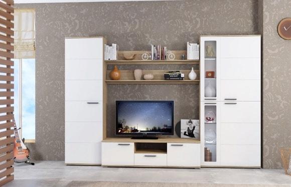 Белая глянцевая стенка в интерьере гостиной