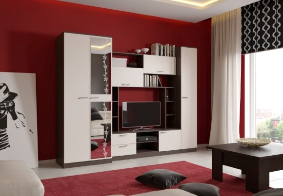 Современная стенка в гостиной комнате с зеркалом