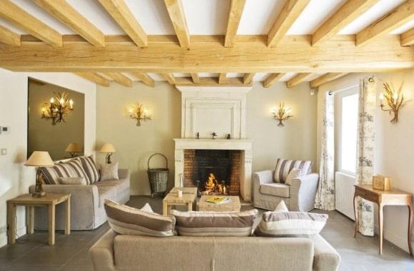 Гостиная комната с балками на потолке в стиле прованс